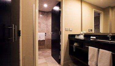 Bathroom Executive Room Urban Aeropuerto Ciudad de México Hotel Mexico City