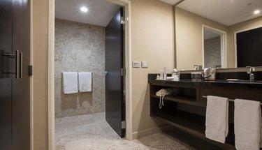 Bathroom Jr Suite Room  Urban Aeropuerto Ciudad de México Hotel Mexico City